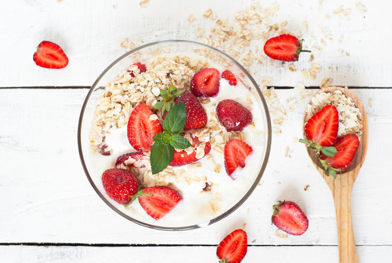 Eigengemaakte yoghurt met aardbei stock foto's