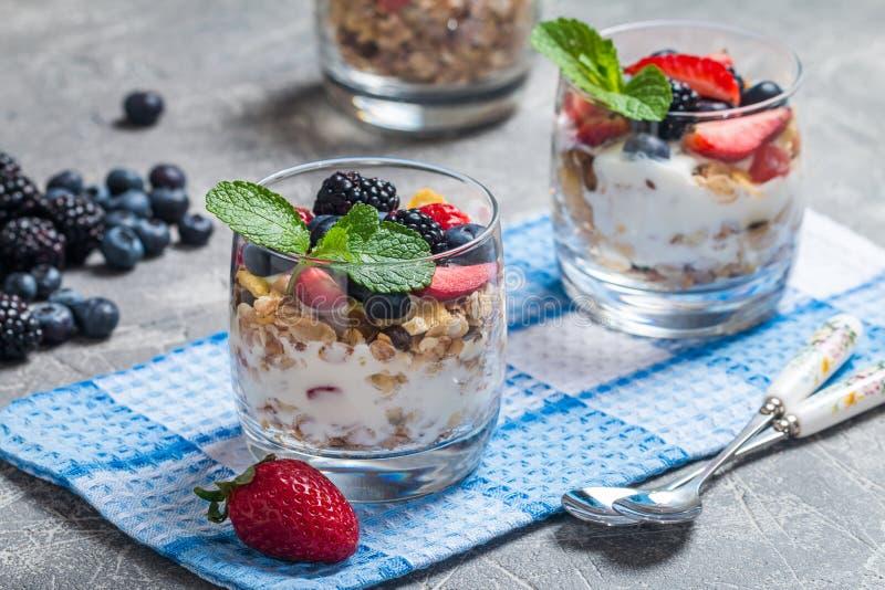 Eigengemaakte yoghurt met gebakken granola stock afbeeldingen