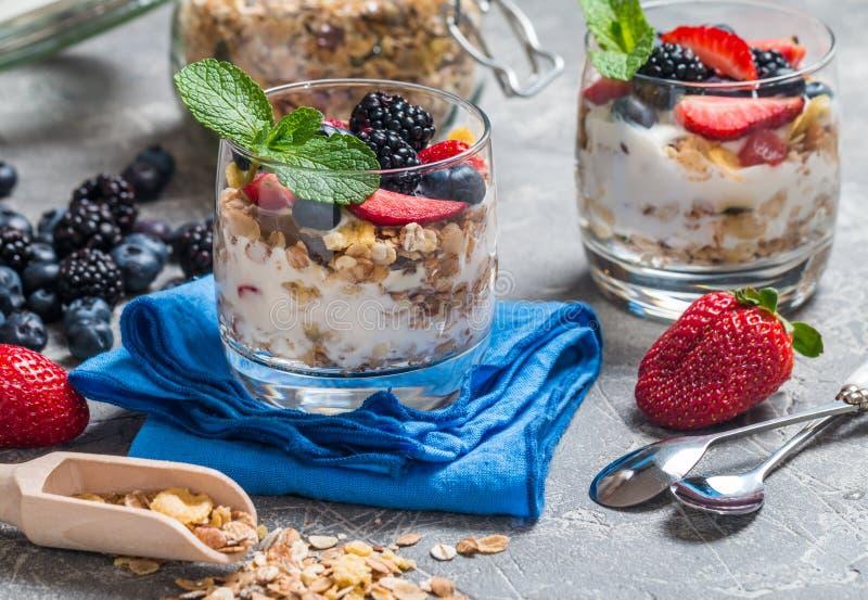 Eigengemaakte yoghurt met gebakken granola stock foto's