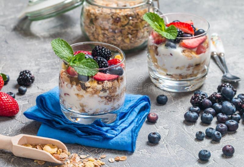 Eigengemaakte yoghurt met gebakken granola royalty-vrije stock afbeeldingen