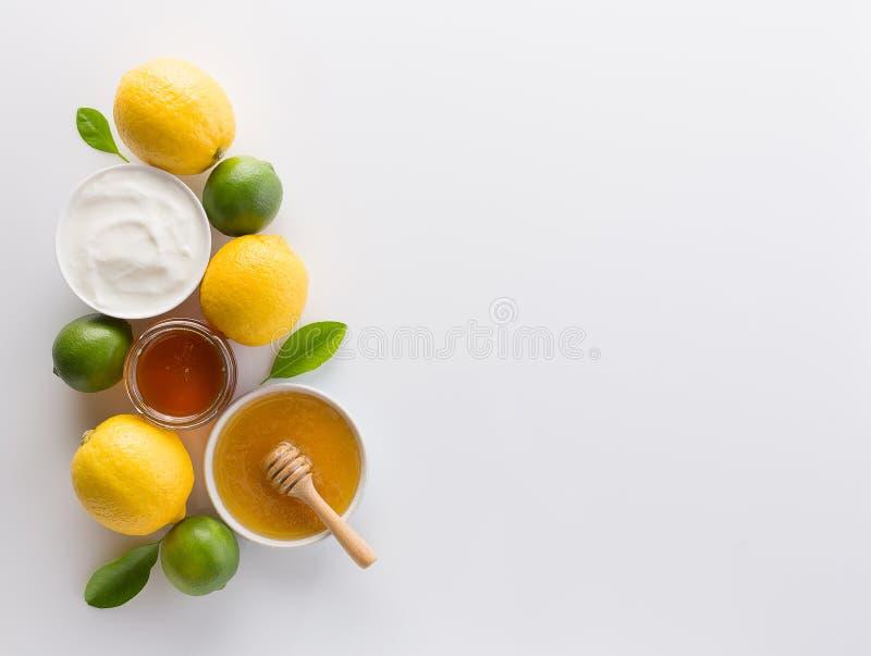 Eigengemaakte yoghurt met honing en citroen op witte achtergrond van aan stock afbeeldingen
