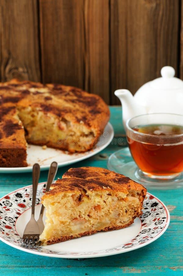 Eigengemaakte yummy appeltaart, zwarte thee in glaskop en witte teapo royalty-vrije stock foto's