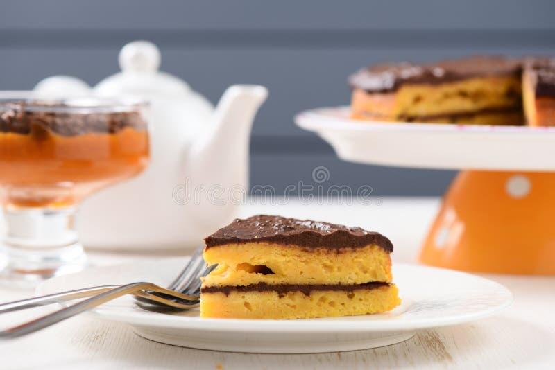 Eigengemaakte yummy lowcalorie pompoencake op witte platen royalty-vrije stock afbeelding