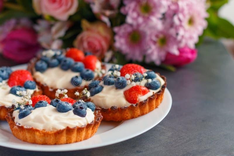 Eigengemaakte zandkoekcake met slagroom en verse bessen royalty-vrije stock afbeelding