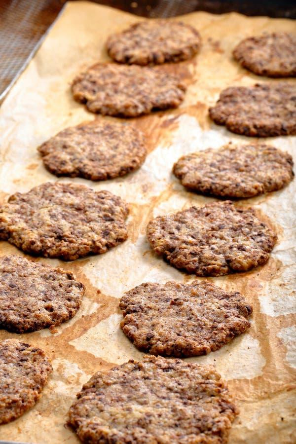 Eigengemaakte zandkoekkoekjes met donkere chocolade stock foto's