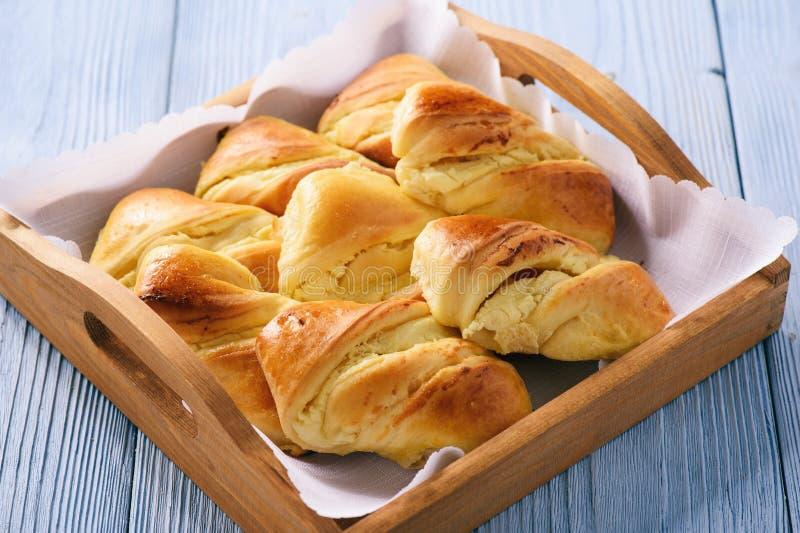 Eigengemaakte zoete die broodjes met kaas worden gevuld royalty-vrije stock foto