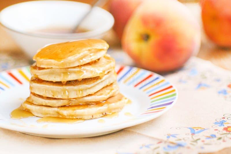 Eigengemaakte zoete pannekoeken met honing stock fotografie