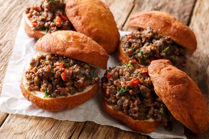 Eigengemaakte Zuidafrikaanse Vetkoek gefrituurde die broodjes met minc worden gevuld royalty-vrije stock fotografie