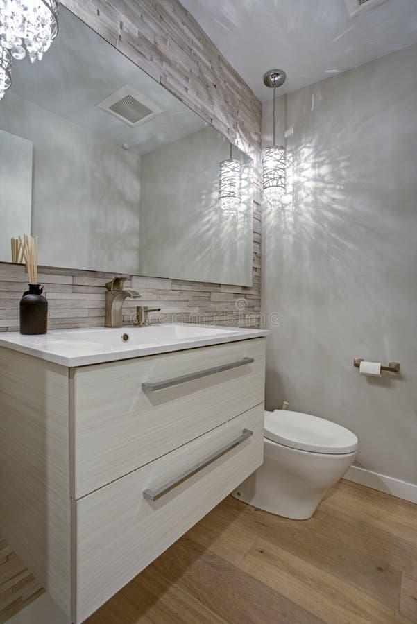 Eigentijds badkamersontwerp met het accentmuur van taupe lineaire tegels royalty-vrije stock afbeelding