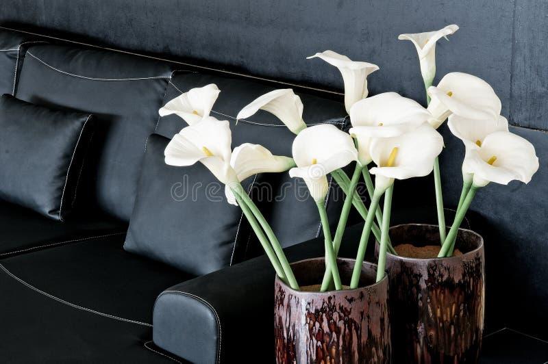 Eigentijds binnenlands ontwerp met bank en bloemen stock afbeelding