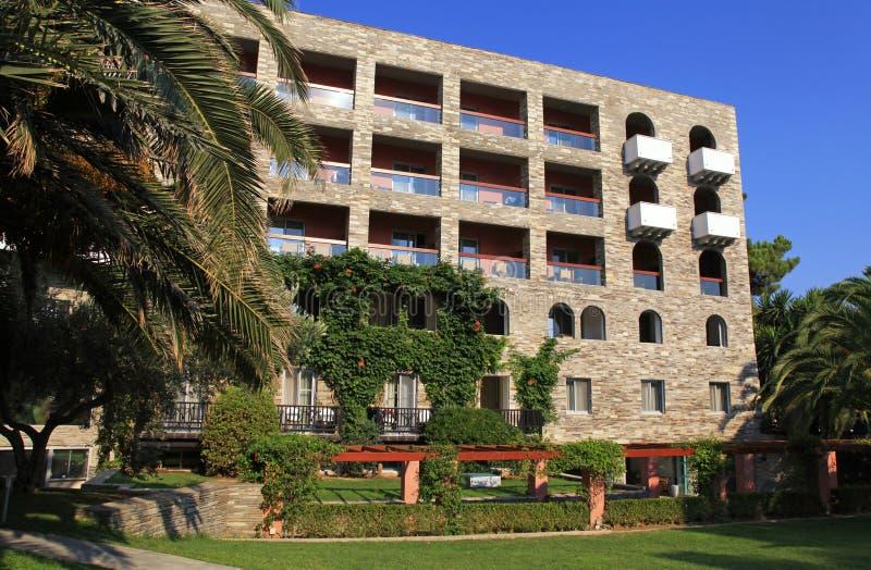Eigentijds hotel, tuin en blauwe hemel (Griekenland) stock afbeeldingen