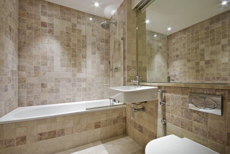Eigentijdse badkamers met natuurlijke steentegels stock afbeelding