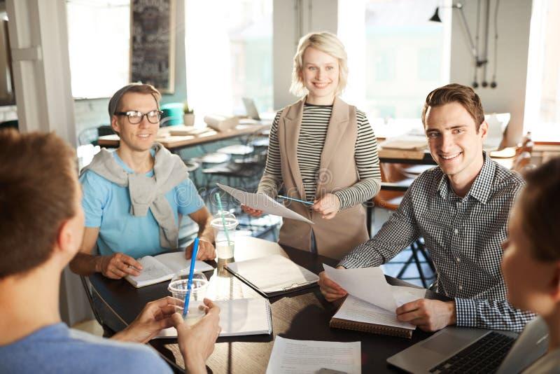 Eigentijdse Bedrijfsmensen in Vergadering stock foto's