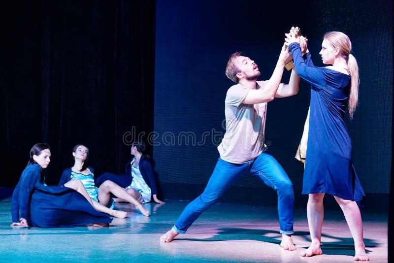 Eigentijdse dansers op het stadium, scène van jaloersheid en liefde stock foto