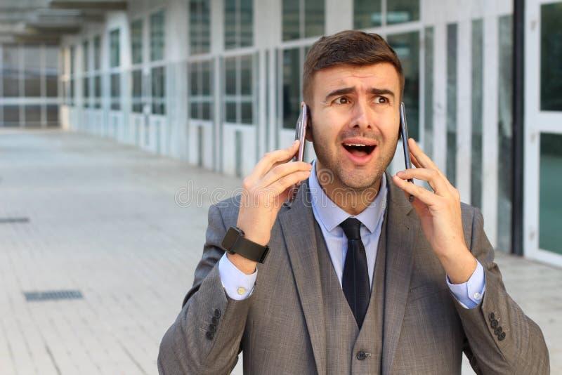 Eigentijdse die zakenman aan een telefoon wordt verslaafd royalty-vrije stock foto's