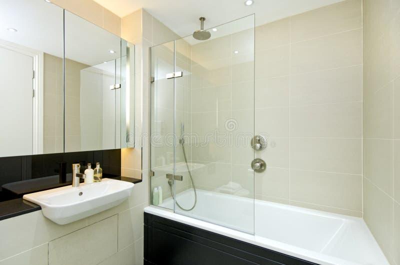 Eigentijdse ensuitebadkamers stock foto's