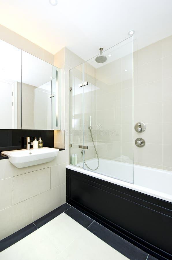 Eigentijdse ensuitebadkamers met modern bad stock foto