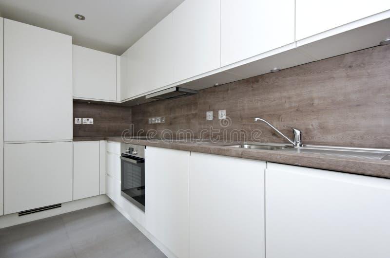 Eigentijdse keuken met natuursteen worktop en tegels in whi stock foto afbeelding 35898054 - Foto eigentijdse keuken ...