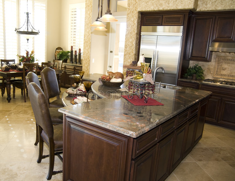 Eigentijdse keuken in nieuw modern huis royalty-vrije stock fotografie