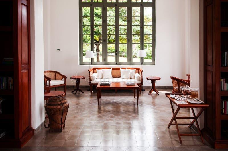 Eigentijdse Koloniale woonkamer met houten banklaag royalty-vrije stock fotografie