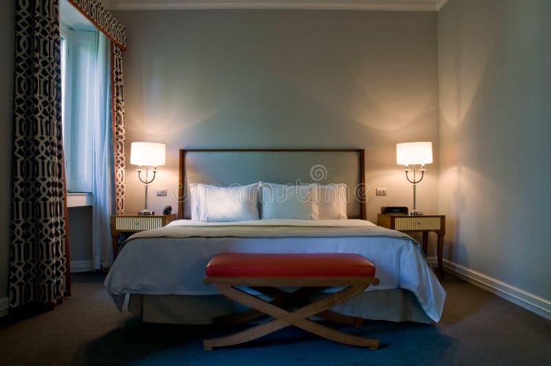 Eigentijdse slaapkamer van een luxehotel royalty-vrije stock afbeeldingen