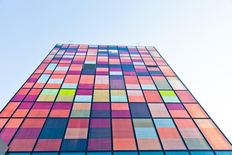 Eigentijdse stedelijke kleurrijke architectuur stock foto's