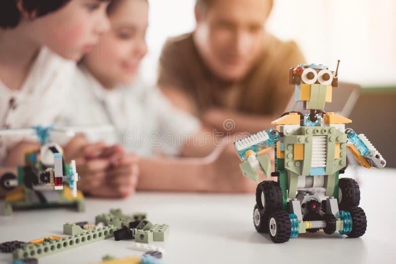 Eigentijdse stuk speelgoed plaatsbepaling op oppervlakte royalty-vrije stock afbeeldingen
