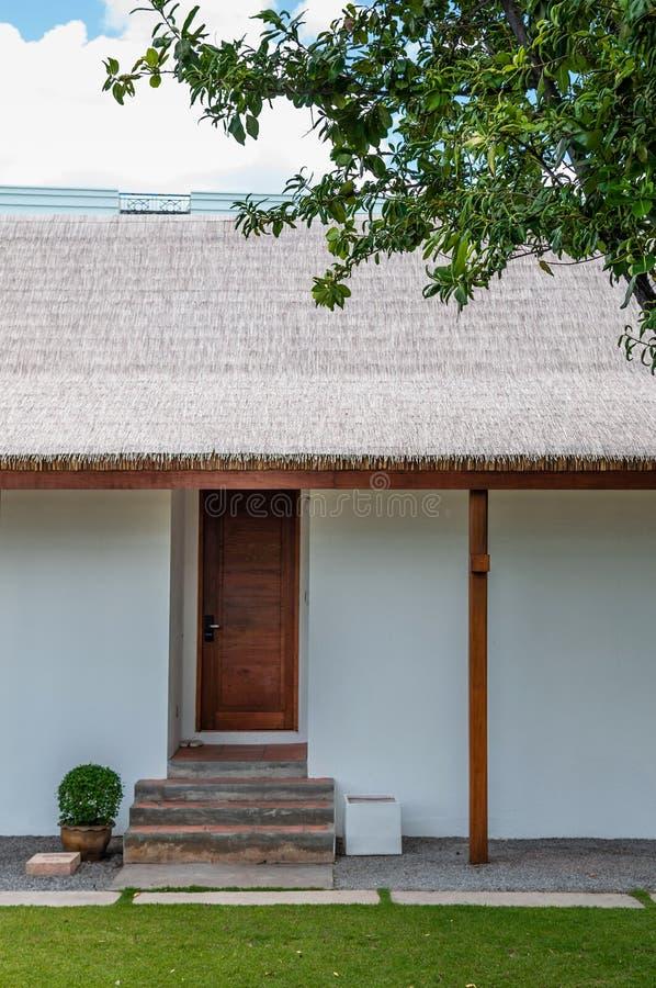 Eigentijdse toevlucht gestileerde huisingang met groen gazon royalty-vrije stock fotografie