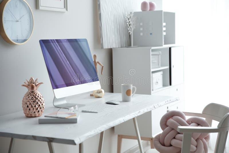 Eigentijdse werkplaats met computer op lijst dichtbij muur Binnenlands ontwerp royalty-vrije stock afbeeldingen