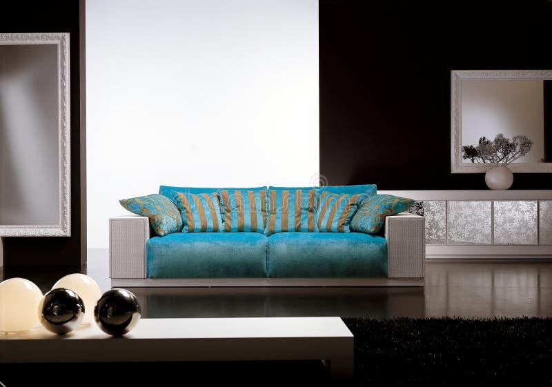 Eigentijdse woonkamer met blauwe bank