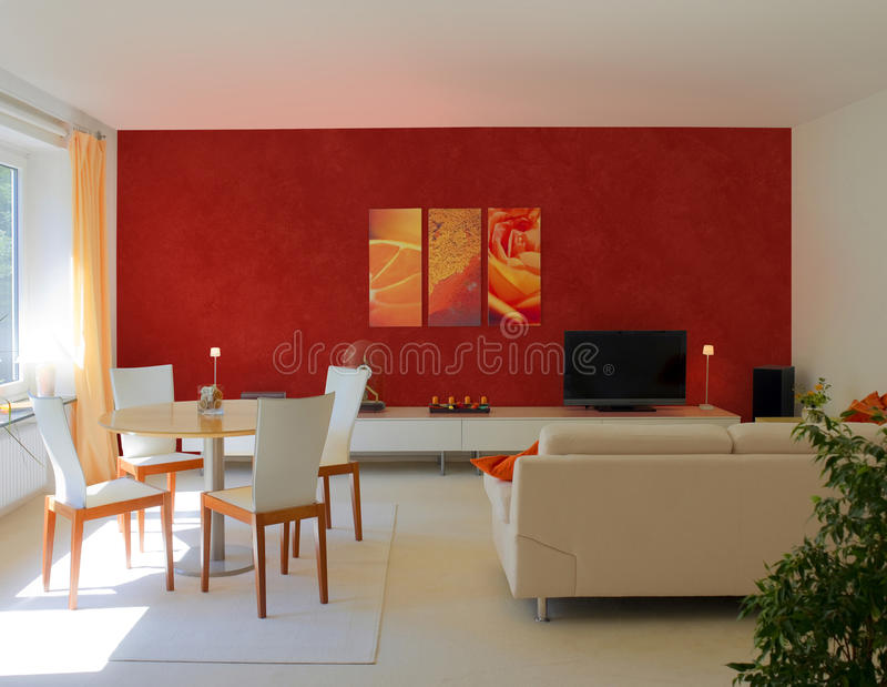 Eigentijdse woonkamer met rode muur stock foto afbeelding