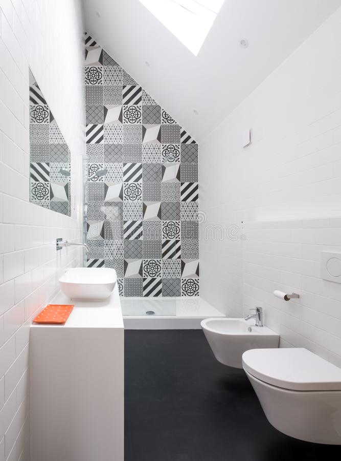Eigentijdse zolderbadkamers met gang in doucheeenheid en de zwart-witte zwart-wit tegels van de porseleinmuur stock fotografie