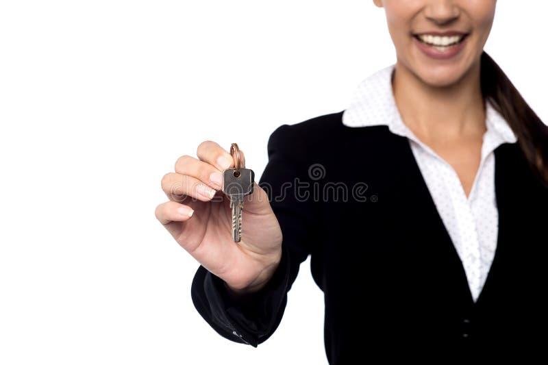 Eigentumsmittel, das Schlüssel zeigt lizenzfreie stockbilder