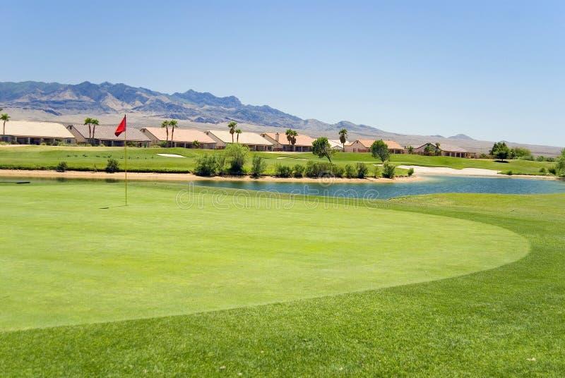 Eigentumswohnungen auf Golfplatz stockfotos