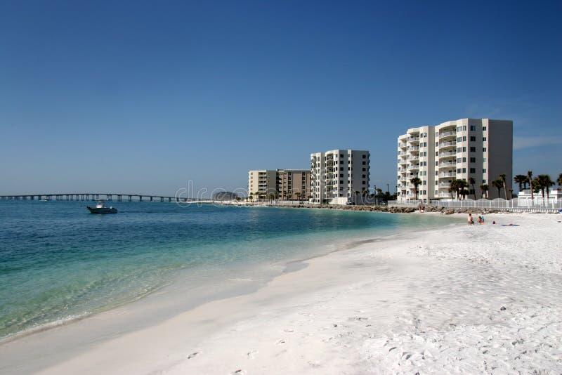 Eigentumswohnungen entlang dem Strand lizenzfreie stockfotografie