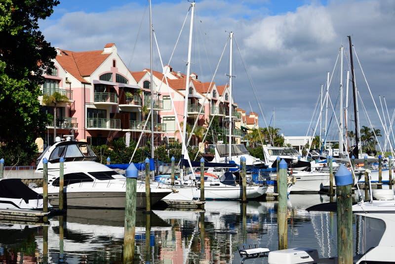 Eigentumswohnungen und Boote lizenzfreies stockfoto