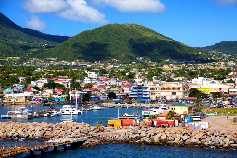 Eigentumswohnungen und Häuser hinter Jachthafen lizenzfreie stockfotos