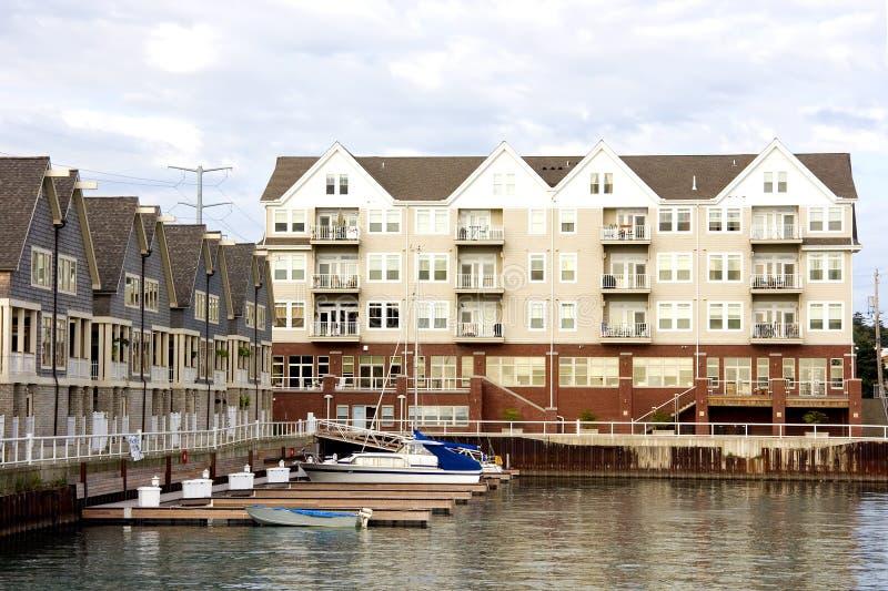 Eigentumswohnungen und Jachthafen-Reflexionen lizenzfreies stockbild