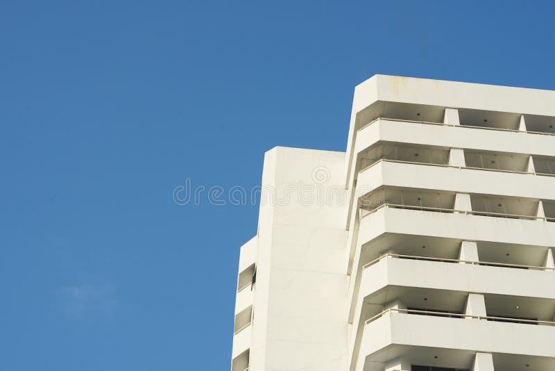 Eigentumswohnungshimmel scape auf blauem Himmel, Ansicht von unten stockbilder