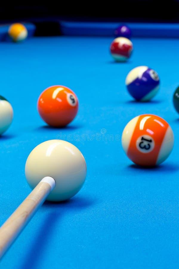 Eightball бассейна биллиарда принимая съемку на таблице биллиарда стоковое изображение