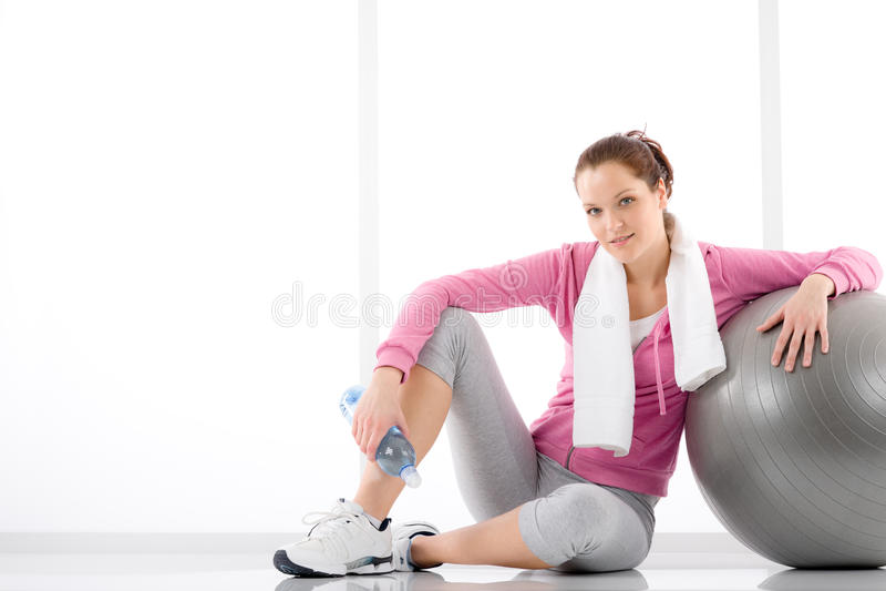 Eignung - Frau entspannen sich Wasserflaschen-Übungskugel lizenzfreie stockfotos