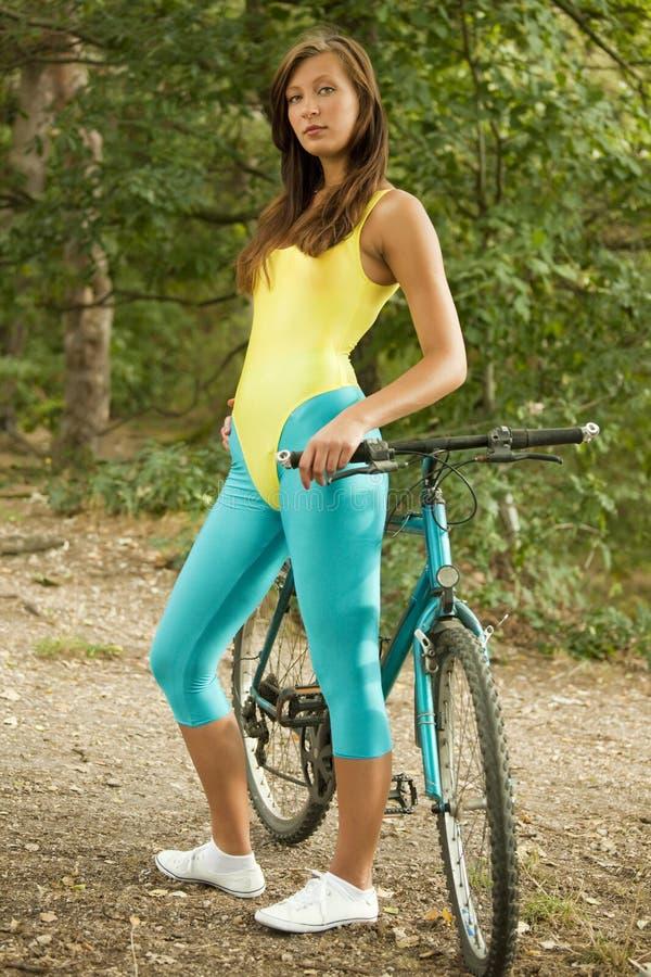 Eignung-Frau mit Fahrrad lizenzfreie stockbilder