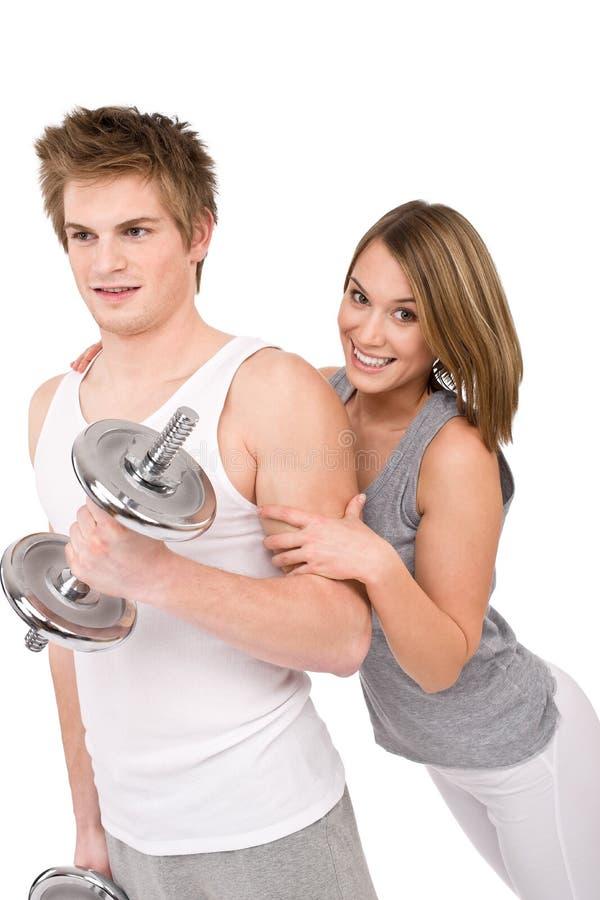 Eignung - gesundes Paar, das mit Gewichten trainiert lizenzfreie stockfotografie