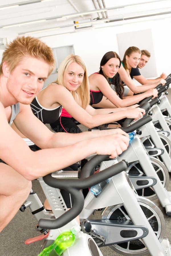 Eignung-Gruppe von Personen auf Gymnastikfahrrad stockfotos