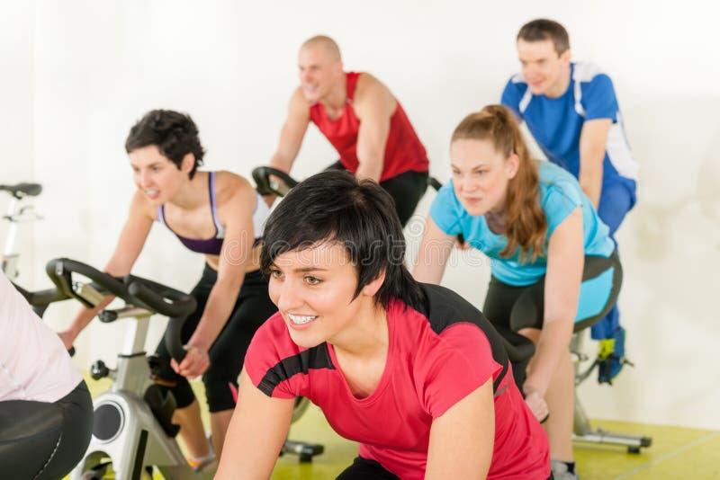 Eignung-Gruppe von Personen auf Gymnastikfahrrad lizenzfreies stockfoto