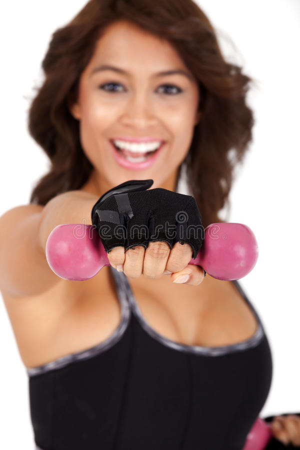 Eignung: Schöne und sehr athletisch gepaßte Frau kräuselt Dummköpfe mit einem gewinnenden Lächeln stockfotos