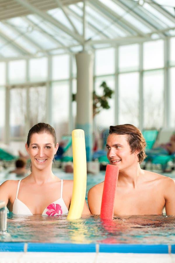 Eignung - Sportgymnastik unter Wasser im Swimmingpool stockbild
