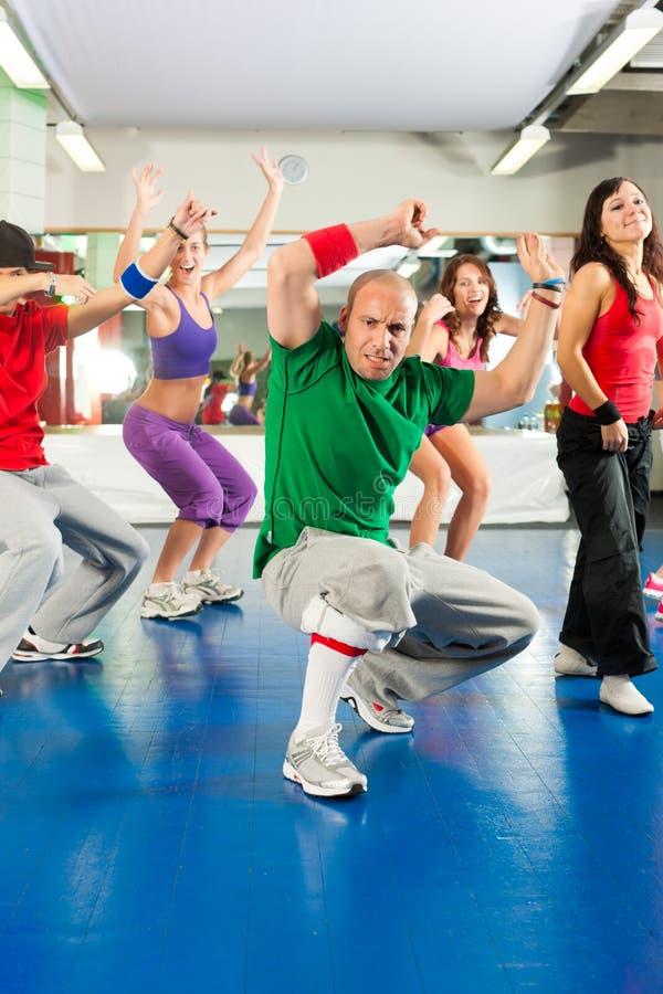 Eignung - Training und Training Zumba in der Turnhalle lizenzfreie stockfotos