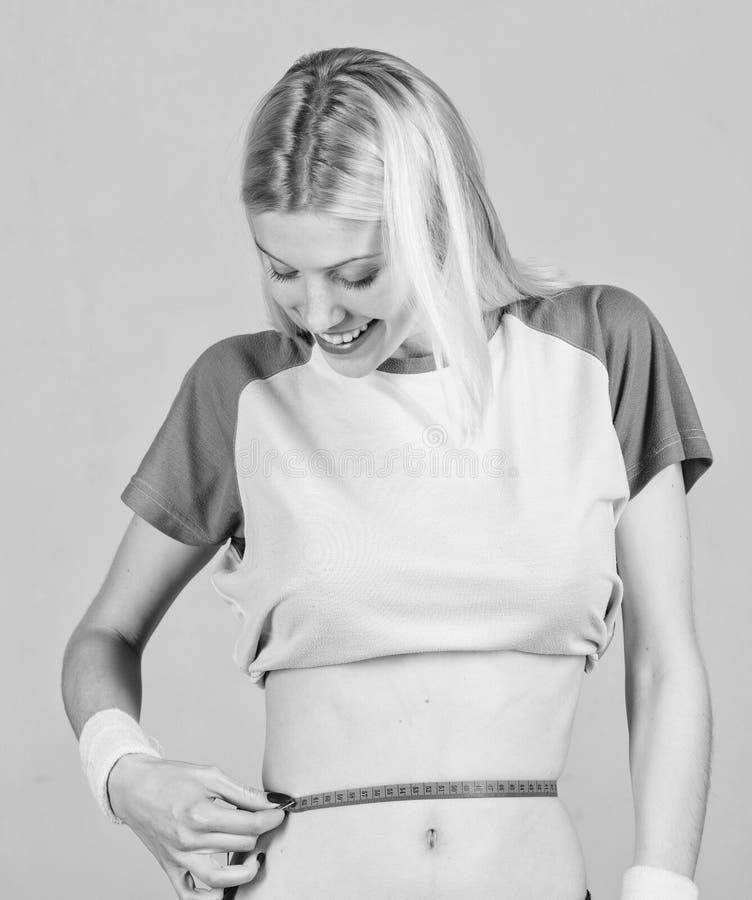 Eignung und Gesundheit Weiblicher d?nner Taillenbauch und -Ma?band Athleteneignungs-Trainertraining Versuchen, Abstieg abzunehmen lizenzfreies stockbild