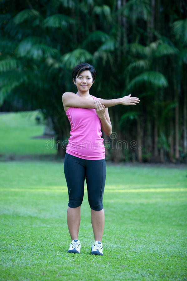 Eignungfrau, die Übungen ausdehnend tut lizenzfreies stockfoto
